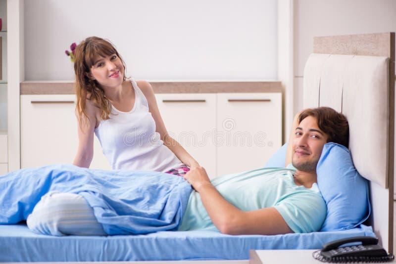 M?oda para w sypialni obraz royalty free