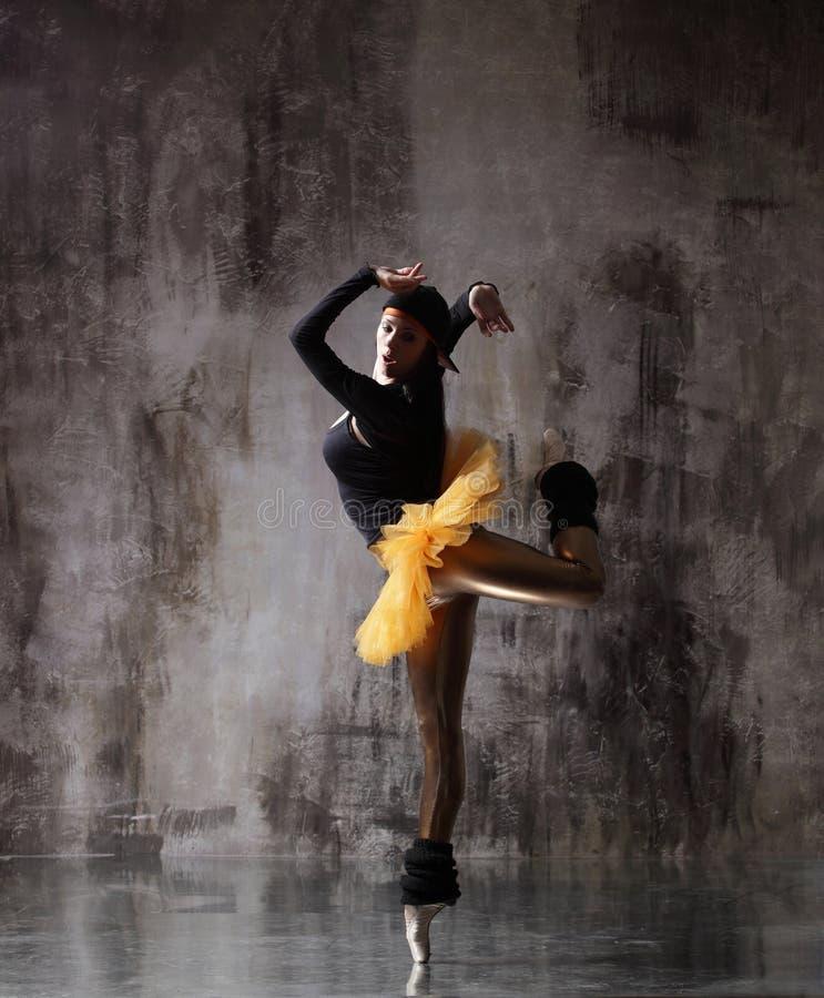 M?oda pi?kna balerina pozuje w studiu fotografia stock