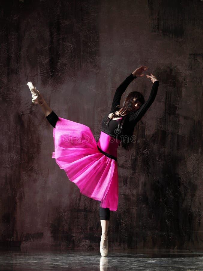 M?oda pi?kna balerina pozuje w studiu obrazy stock