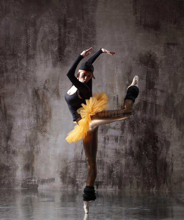 M?oda pi?kna balerina pozuje w studiu zdjęcie stock