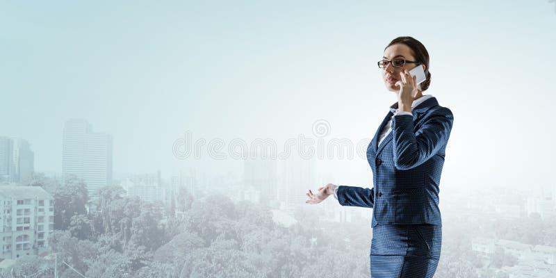 M?oda pi?kna biznesowa kobieta przy prac? fotografia royalty free