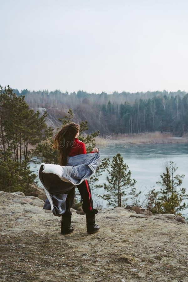 M?oda pi?kna dziewczyna pozuje na tle jezioro obrazy stock