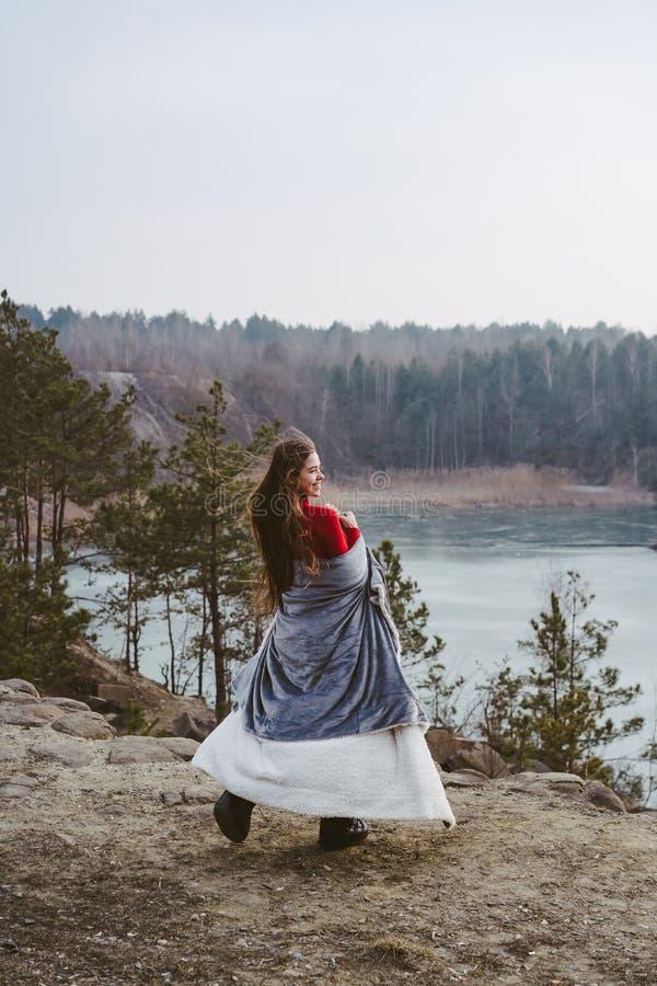 M?oda pi?kna dziewczyna pozuje na tle jezioro obrazy royalty free