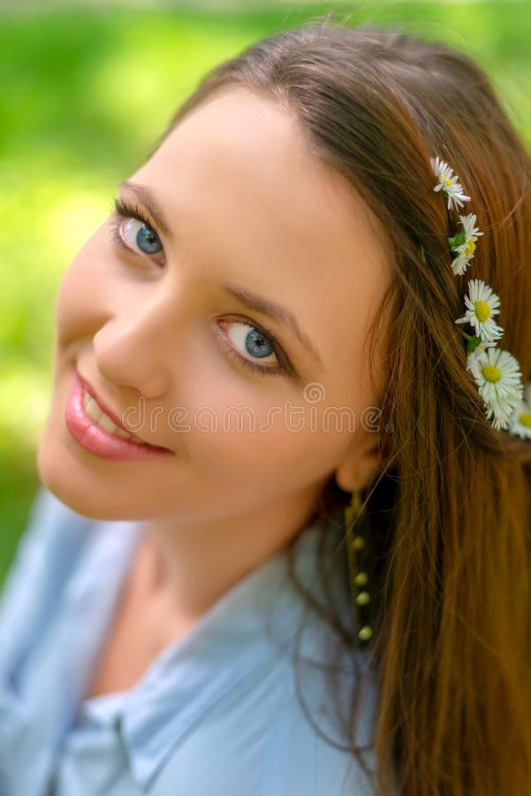 M?oda pi?kna dziewczyna z doskonali? sk?r? i makeup pozuje w wiosna parka scenerii, patrzeje kamer? wspania?y zdjęcie stock