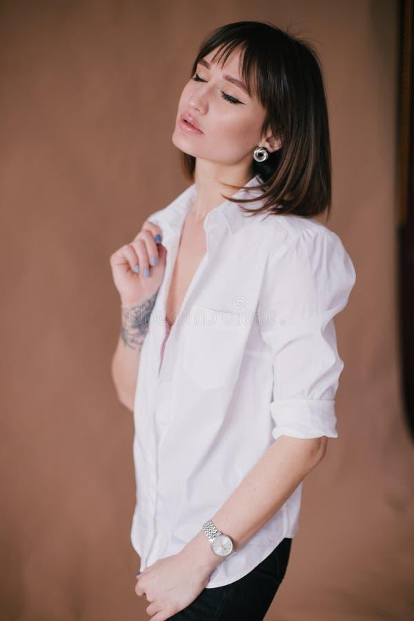 M?oda pi?kna elegancka kobieta z tatua?em w studiu obrazy royalty free