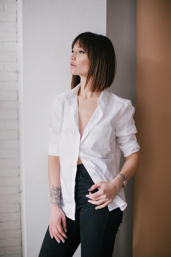 M?oda pi?kna elegancka kobieta z tatua?em w studiu obrazy stock