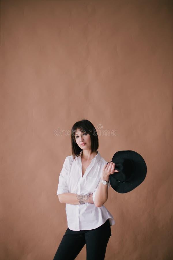 M?oda pi?kna elegancka kobieta z tatua?em w studiu zdjęcie royalty free