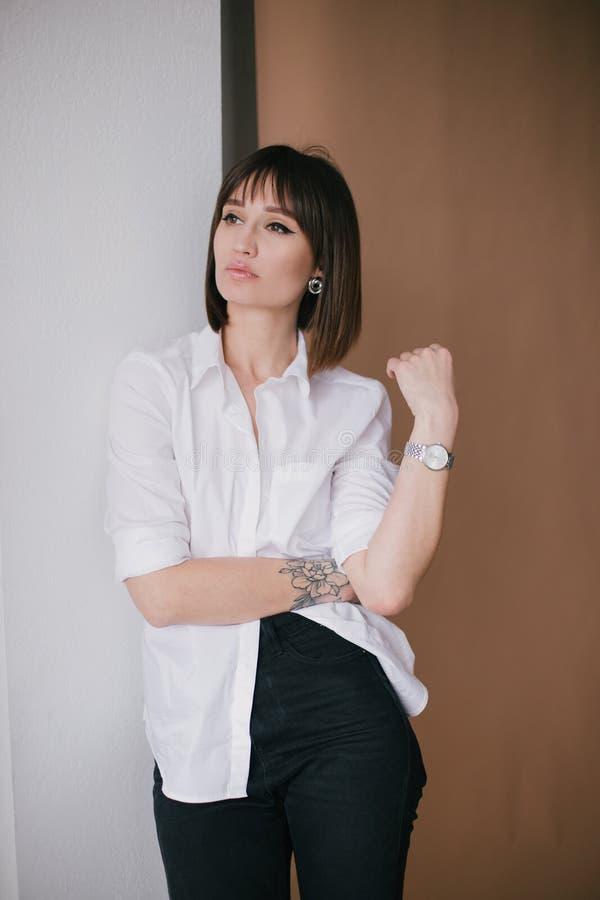M?oda pi?kna elegancka kobieta z tatua?em w studiu fotografia royalty free