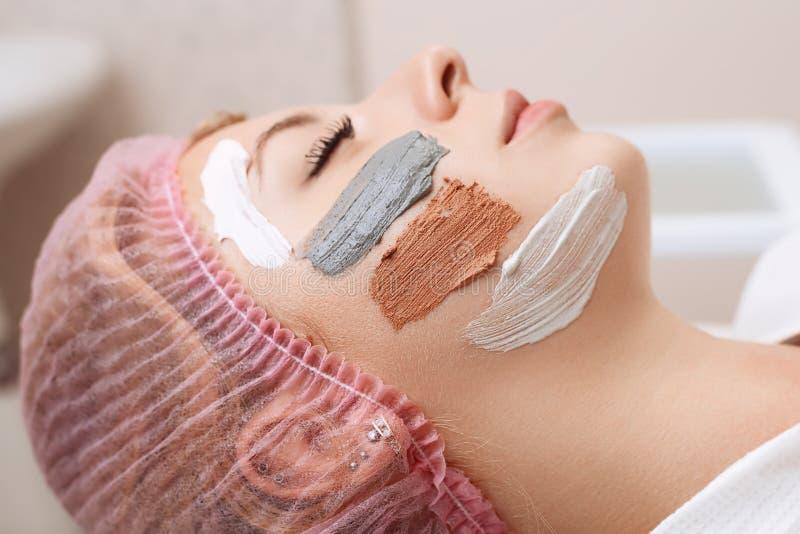 M?oda pi?kna kobieta z twarzow? mask? fotografia stock