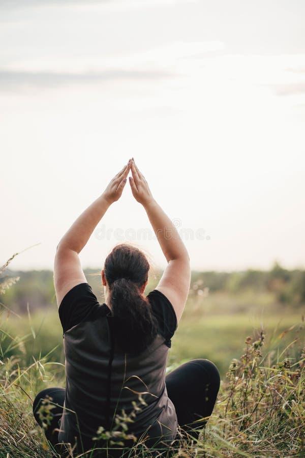 M?oda z nadwag? kobieta robi joga przy lato ??k? obraz royalty free
