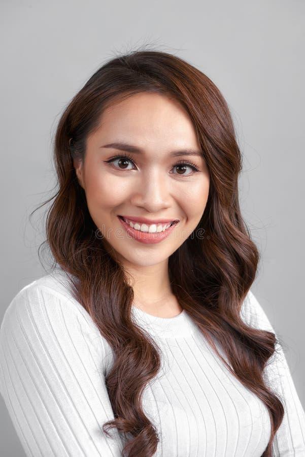 M?oda zdrowa Azjatycka kobieta z smiley twarz? zdjęcie stock