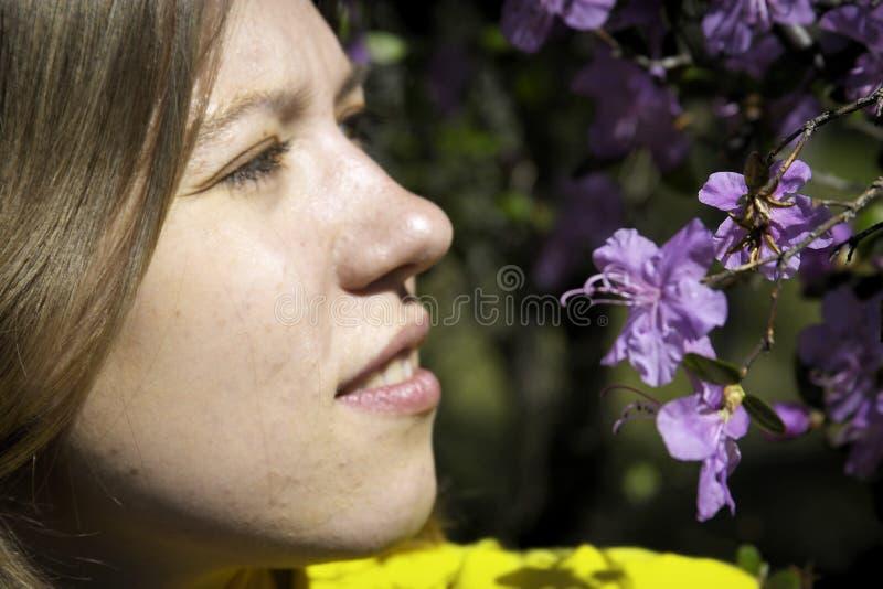 Download Młode kobiety, obraz stock. Obraz złożonej z portret, kwiat - 135241