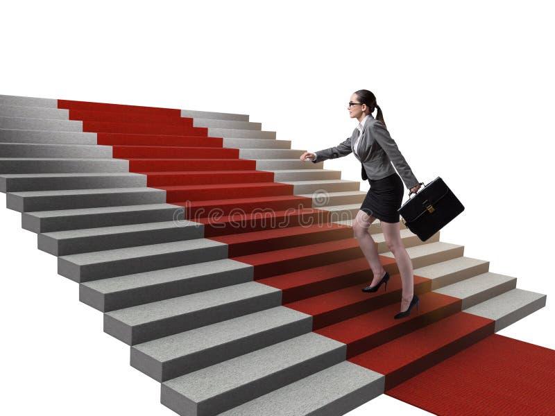 M?odego bizneswomanu wspinaczkowi schodki i czerwony chodnik obrazy stock