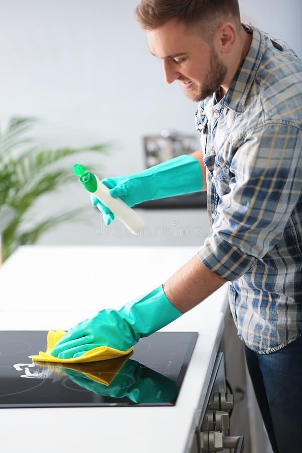 M?odego cz?owieka cleaning kuchnia fotografia royalty free