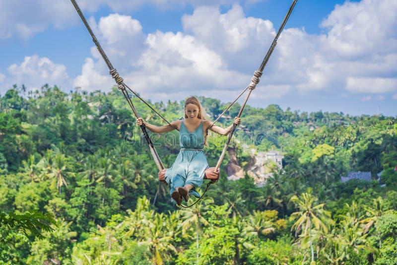M?odej kobiety chlanie w d?ungla tropikalnym lesie deszczowym Bali wyspa, Indonezja Hu?tawka w zwrotnikach Huśtawki - trend Bali zdjęcia royalty free