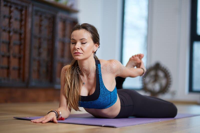 Download Młodej kobiety joga trener obraz stock. Obraz złożonej z sport - 106912311