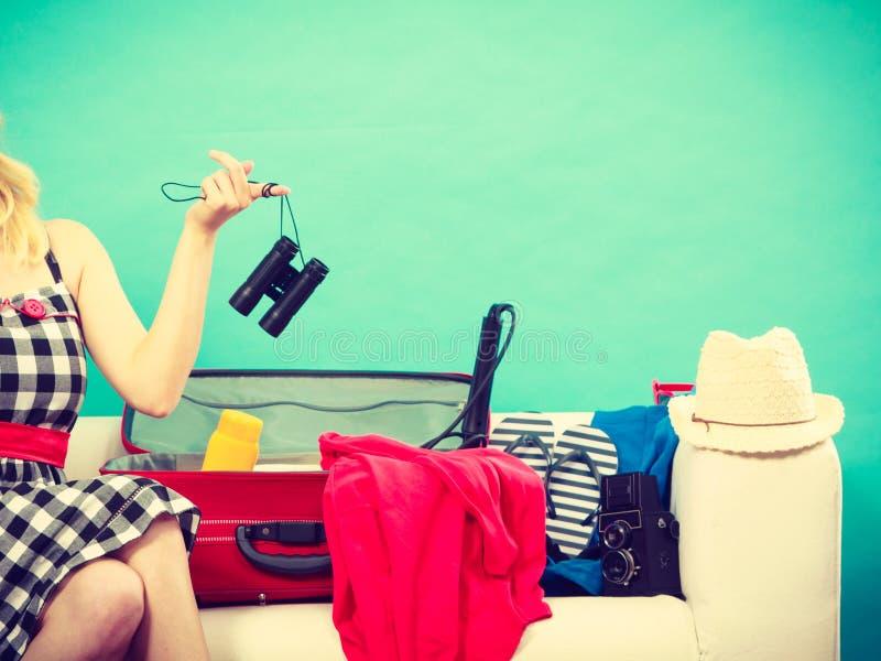M?odej kobiety kocowania walizka na le?ance zdjęcia stock
