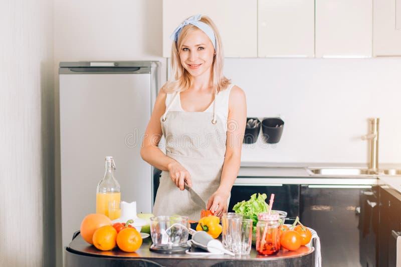 M?odej kobiety kucharstwo w kuchni obrazy stock