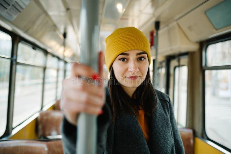 M?odej kobiety pozycja w furgonie nap?dowy tramwaj Transportu, podr??y i styl ?ycia poj?cie, obraz stock
