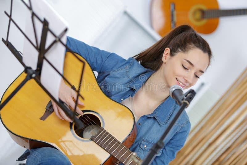 M?odej Kobiety sztuka z gitar? w domu fotografia stock