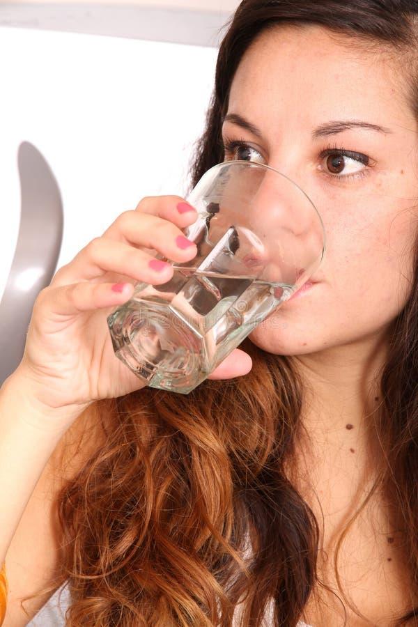 Download Młodej kobiety woda pitna zdjęcie stock. Obraz złożonej z kopiasty - 28963640