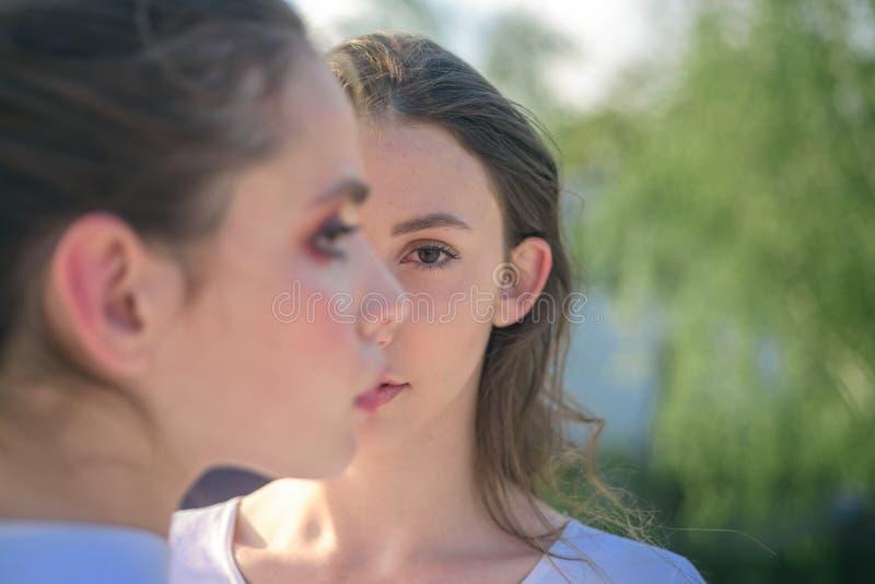M?odo?? i pi?kno ?adne kobiety z naturalnym makeup Oblicza makeup i skincare ?liczne dziewczyny z m?od? zdrow? sk?r? zdjęcia royalty free