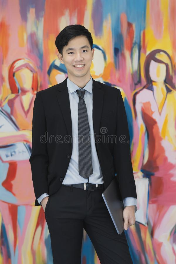 M?ody Azjatycki biznesmen w czarnej kostium pozycji fotografia stock