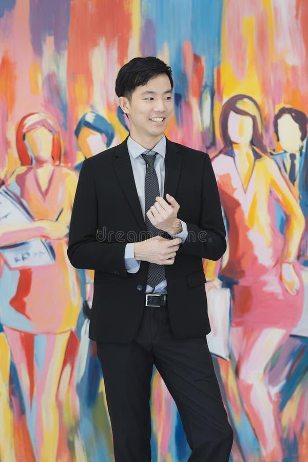 M?ody Azjatycki biznesmen w czarnej kostium pozycji obraz stock