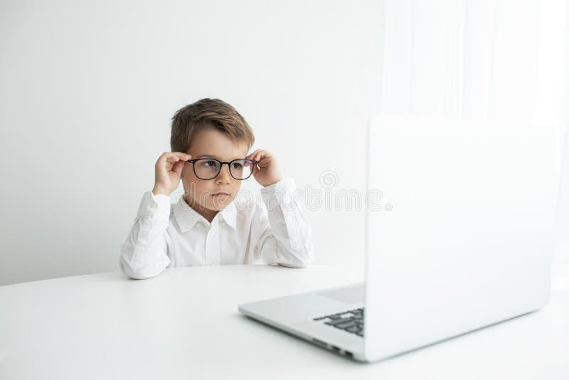 M?ody biznesmen pracuje z laptopem przy biurem obraz royalty free