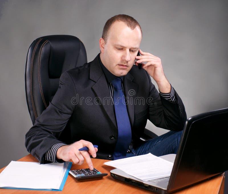Download Młody Biznesmen Przy Jego Miejscem Pracy Obraz Stock - Obraz złożonej z komórkowy, szachrajka: 28969347