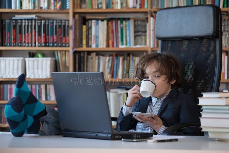 M?ody biznesmen przy prac? w biurze zdjęcia royalty free