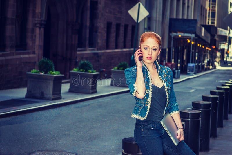 Download Młody Bizneswoman Dzwoni Outside Zdjęcie Stock - Obraz złożonej z modny, kariera: 106910556