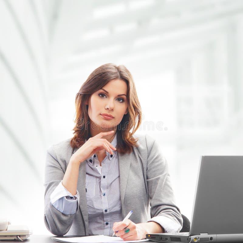 Download Młody Bizneswoman Pracuje W Formalnym Odziewa Obraz Stock - Obraz złożonej z szef, przypadkowy: 28963861