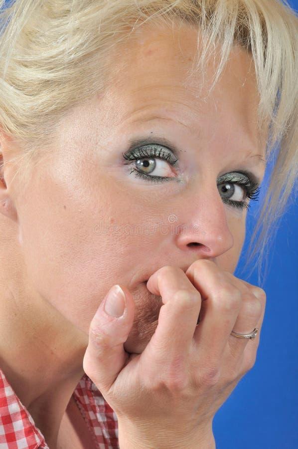 M?ody blond kobiety g??wkowanie i patrze? gdzie? up zdjęcia royalty free