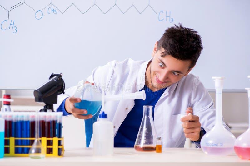 M?ody chemika obsiadanie w lab fotografia stock