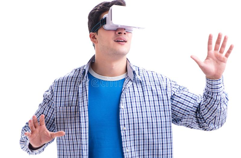 M?ody cz?owiek jest ubranym rzeczywisto?ci wirtualnej VR szk?a obrazy royalty free