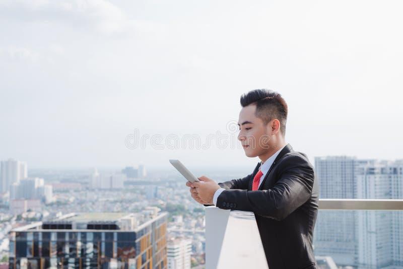 M?ody cz?owiek ubieram formalny odpoczywa? przy biurowym balkonem zdjęcie stock
