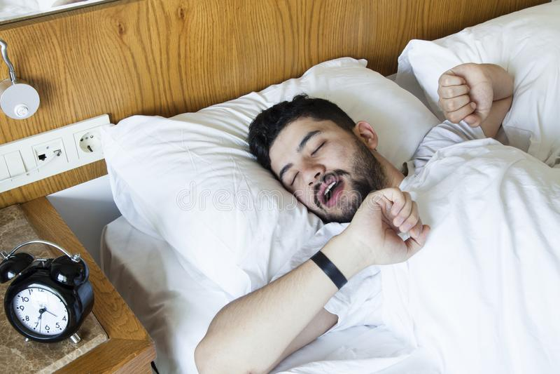 M?ody cz?owiek znajduje mnie trudnego budzi? si? w ranku obraz stock