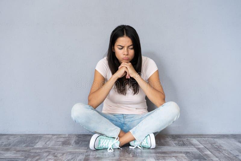 M?ody depresji kobiety obsiadanie na pod?oga zdjęcia royalty free
