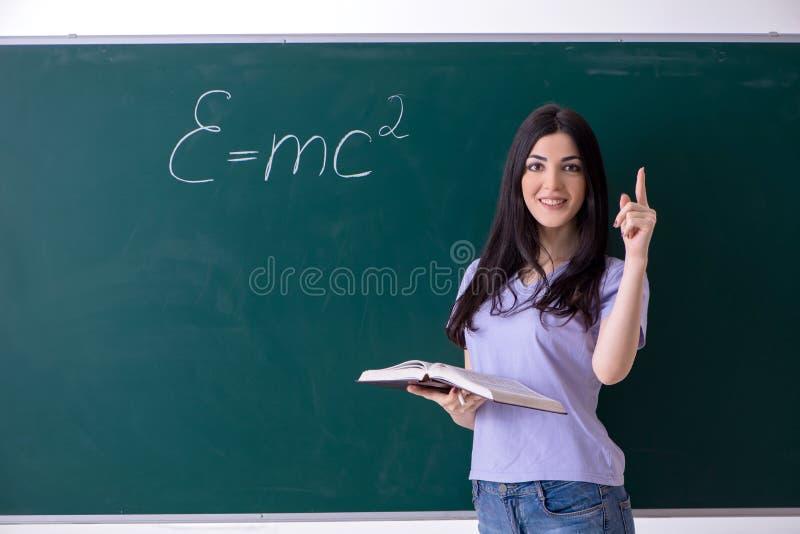 M?ody ?e?skiego nauczyciela ucze? przed zieleni desk? obraz stock
