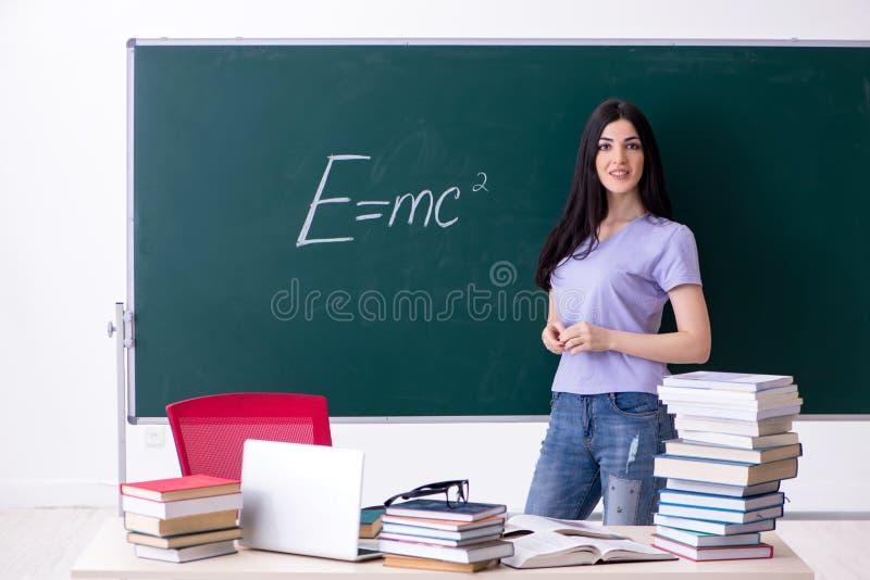 M?ody ?e?skiego nauczyciela ucze? przed zieleni desk? zdjęcie royalty free