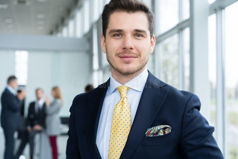M?ody i ufny biznesmen Przystojny młody człowiek ono uśmiecha się przy kamerą w formalwear zdjęcia royalty free