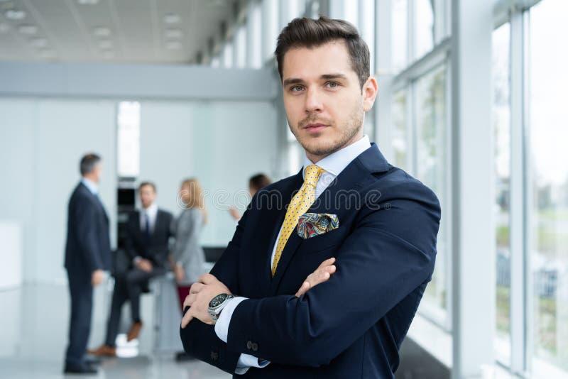 M?ody i ufny biznesmen Przystojny młody człowiek ono uśmiecha się przy kamerą w formalwear fotografia royalty free