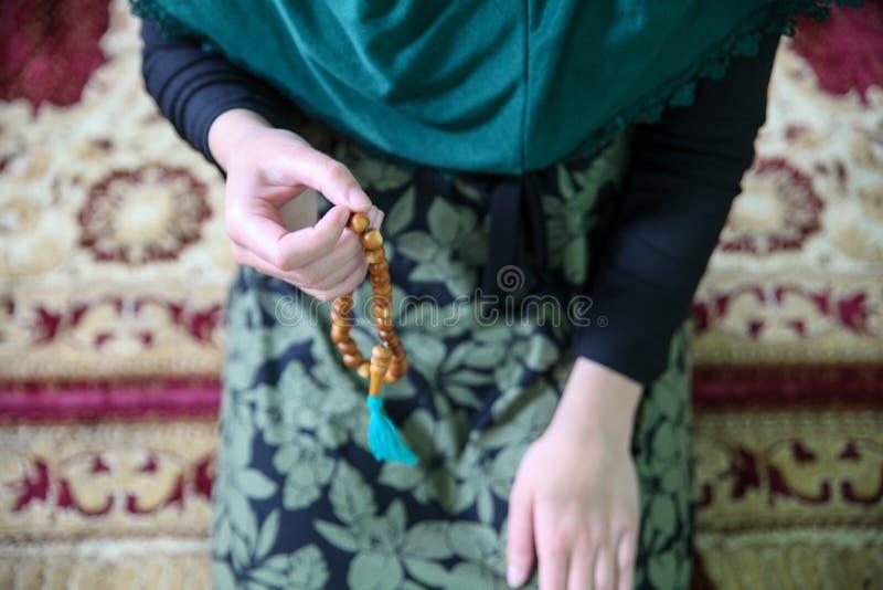 M?ody muzu?ma?ski kobiety modlenie w meczecie zdjęcie stock