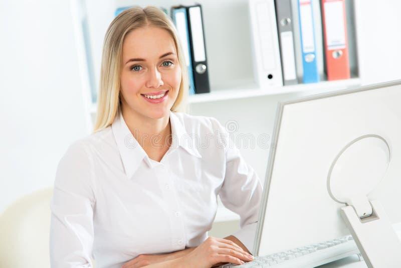 M?ody pi?kny bizneswoman z komputerem zdjęcia royalty free