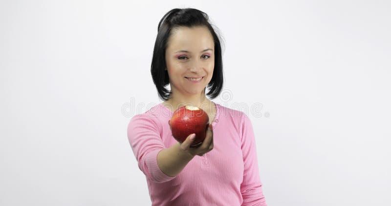 M?ody pi?kny z czerwonym jab?czanym oferta k?skiem widz zdrowego ?ywienia zdjęcia stock