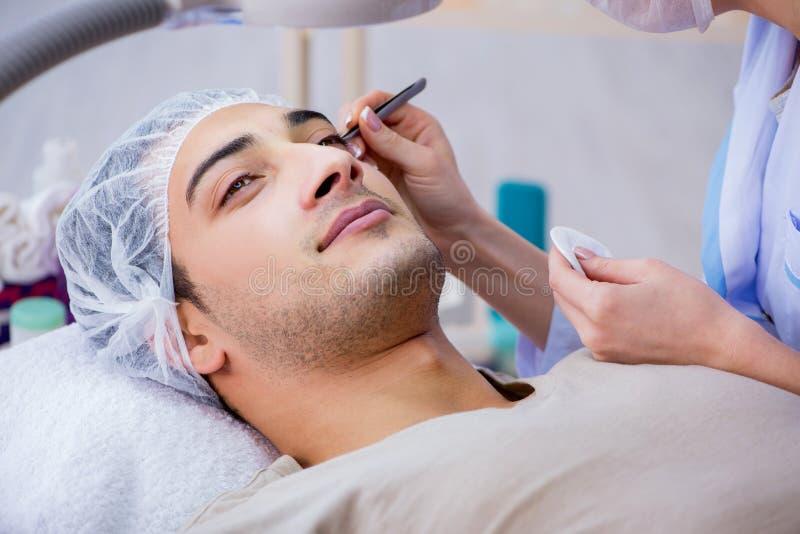 M?ody przystojny m??czyzna odwiedza kobiety doktorskiego cosmetologist zdjęcie stock
