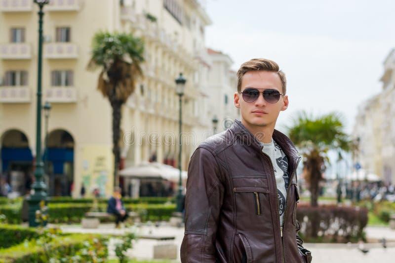 M?ody przystojny m??czyzna w okularach przeciws?onecznych, turysta, na zwyczajnej Aristotle ulicie w centrum Saloniki, Grecja obrazy stock