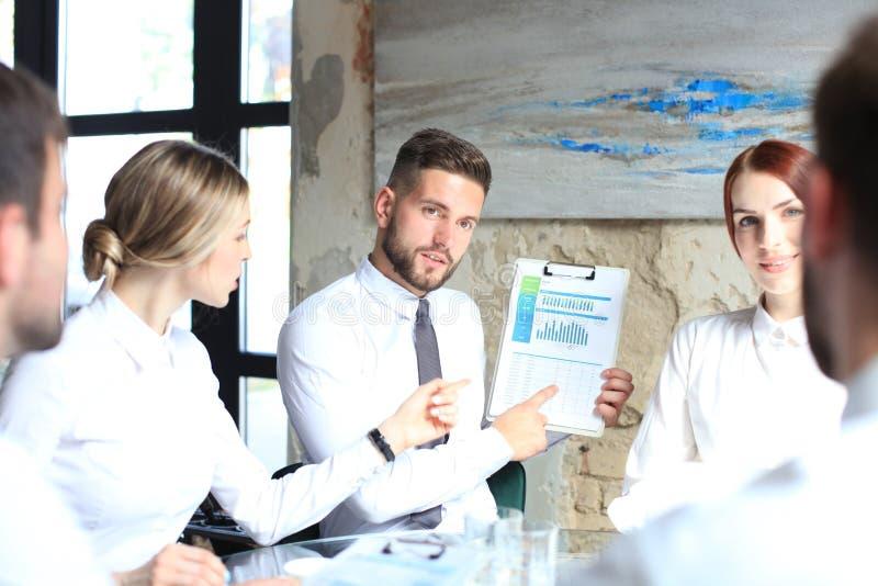M?ody rozpocz?cie biznesmen?w pracy zespo?owej brainstorming spotkanie dyskutowa? inwestycj? obraz royalty free