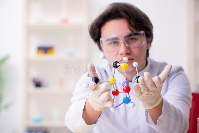 M?ody m?ski biochemik pracuje w lab zdjęcie stock